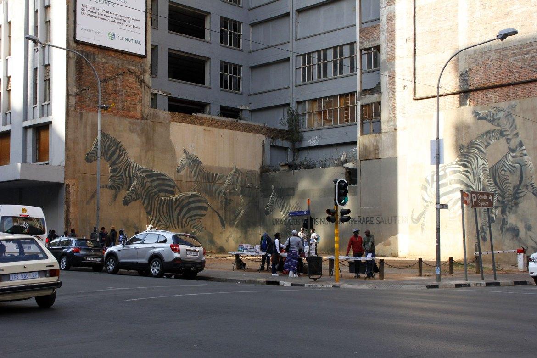 Zebra Graffitti hinter einem Marktstand in Johannesburg