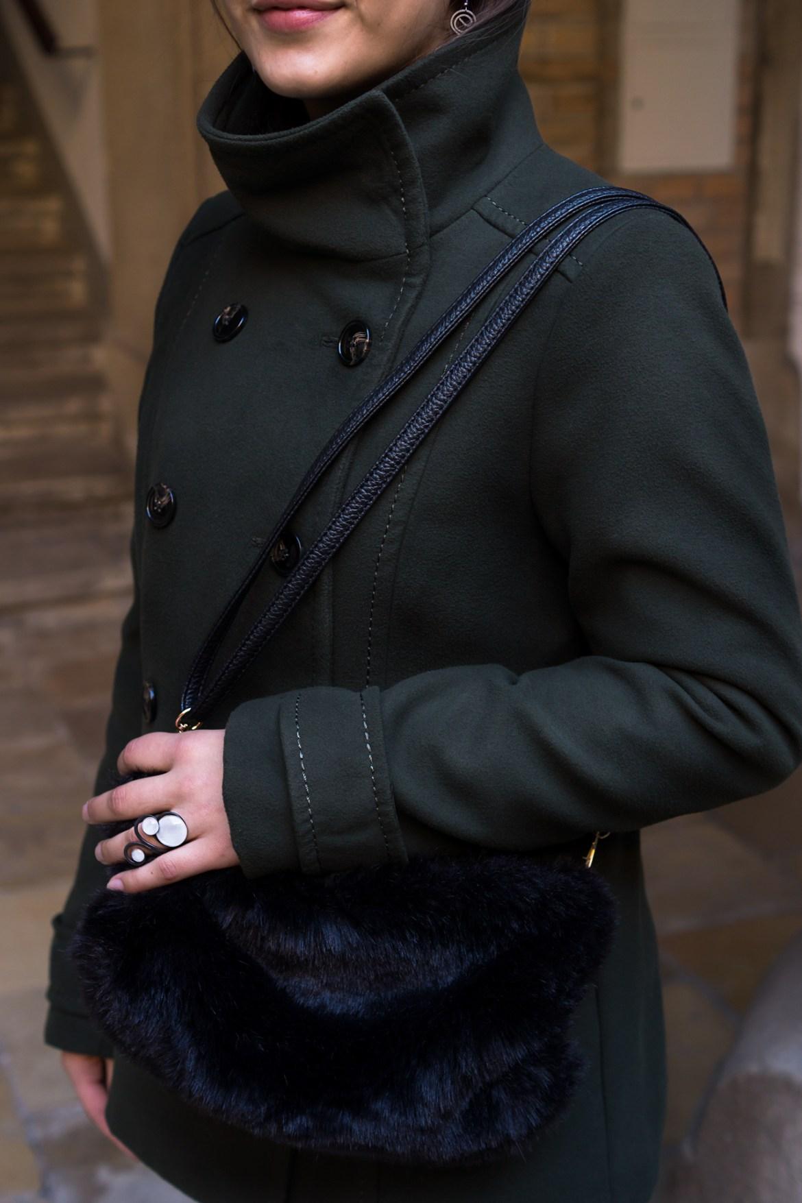 Dunkelgrüne H&M Jacke und schwarze Fake-Fur Handtasche