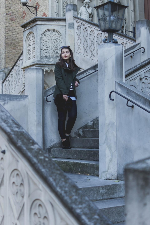 Dorie steht auf einer Treppe