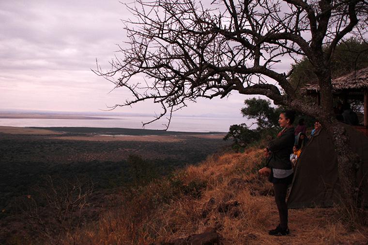Dorie am Bergrand mit Lake Manyara im Hintergrund