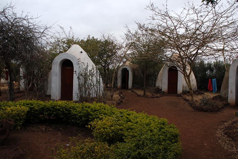 Eiförmige, weiße Lehmhütten auf einem Sanplatz