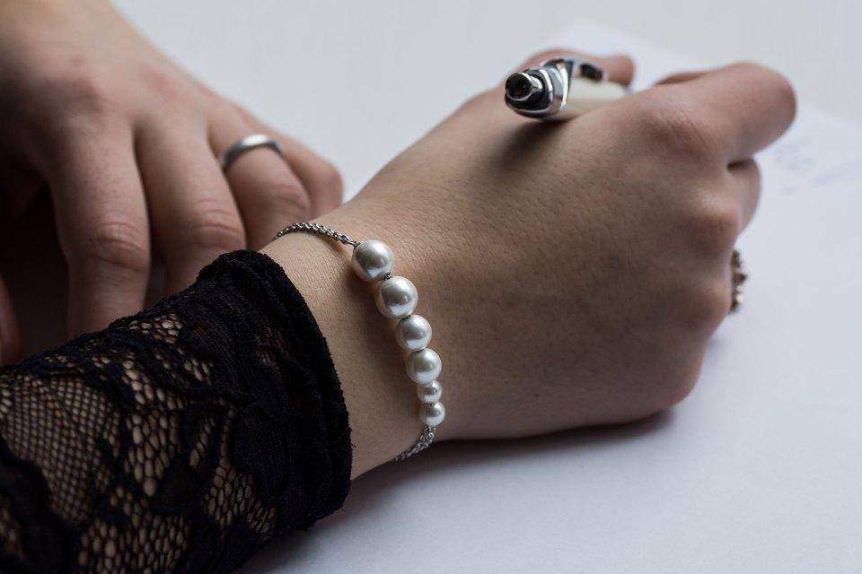 Hand schreibt und trägt Jette Joop Armband