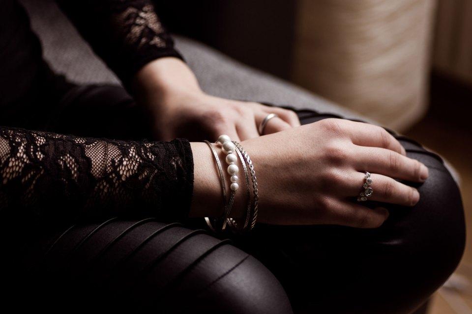 Arme ruhen auf den Beinen, Jette Joop Armband von Christ