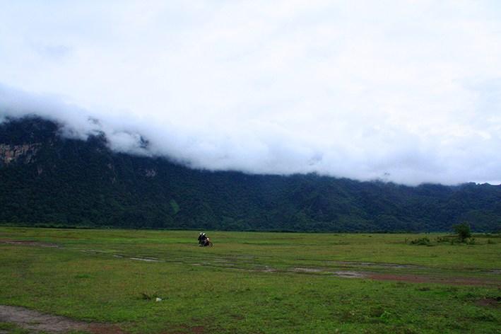 Zwei Rollferfahrer in der Landschaft von Laos