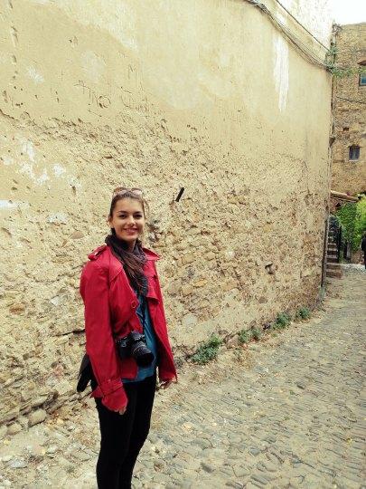Dorie vor Mauer in Bussana Vecchia