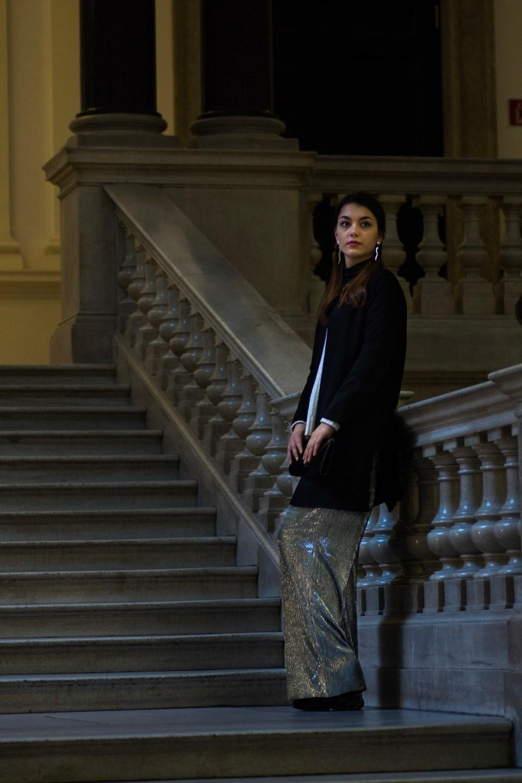 Dorie im Treppenaufgang mit silberner Hose von Mango