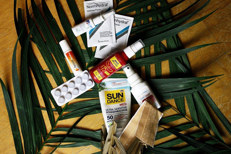 Reiseapotheke für die Tropen auf Palmblättern