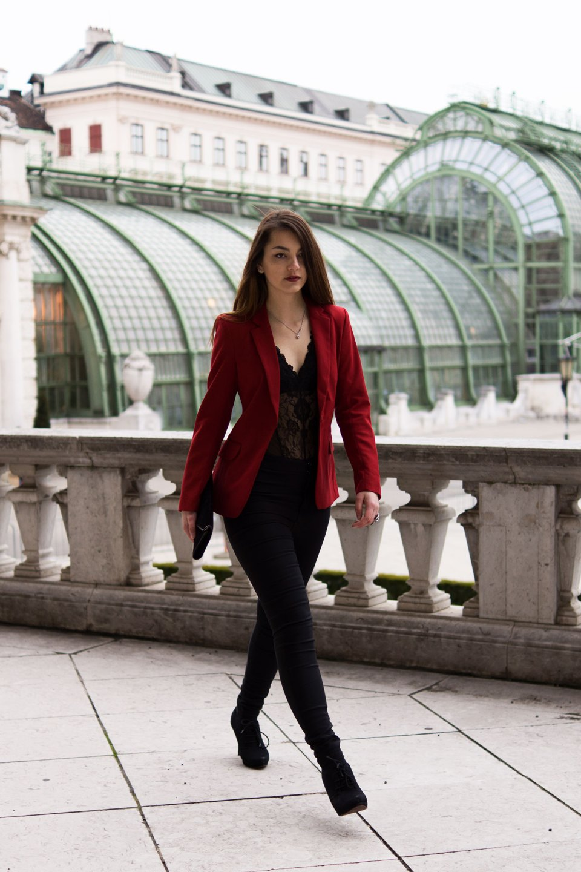 Sexy Valentinstagslook mit rotem Blazer