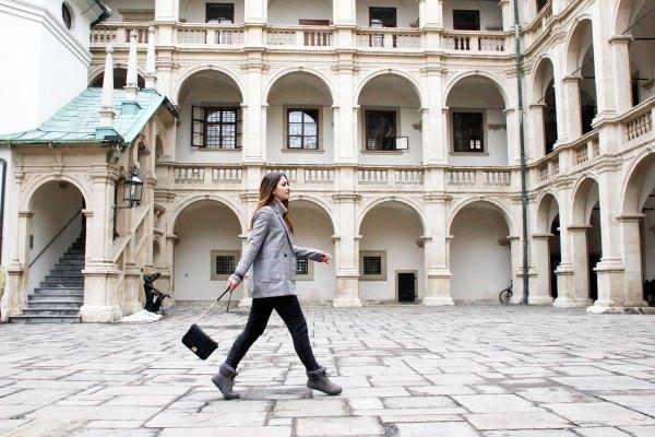 Karierte Blazer kombinieren: Dorie kombiniert den Blazer mit grauen Tönen