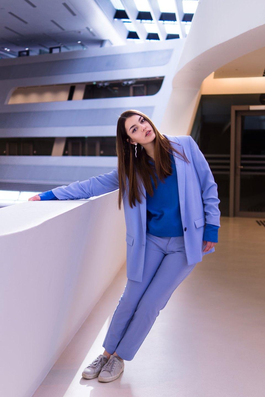Dorie trägt einen pastellfarbenen Anzug von Mangoi
