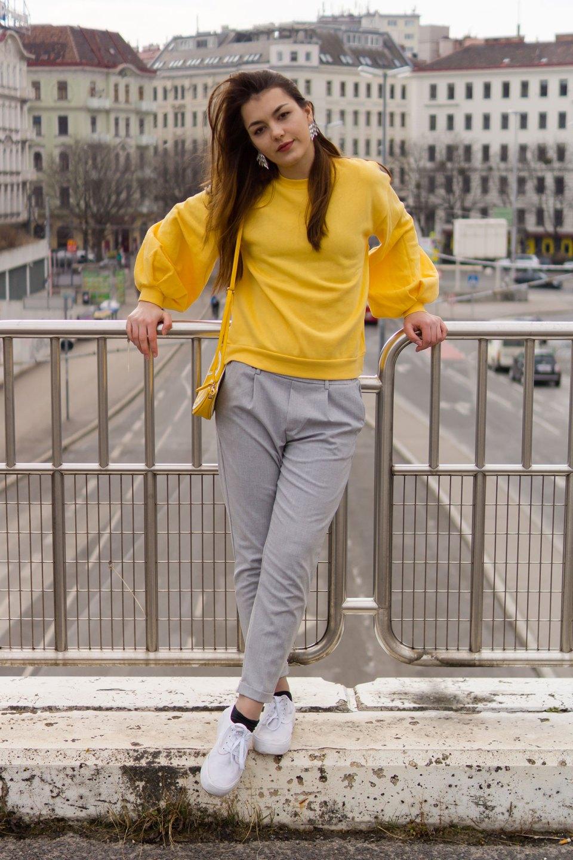 Lässiger Freizeitlook von Dorie mit gelbem Pullover von NA-KD, Hose Bershka, Schuhe Even & Odd