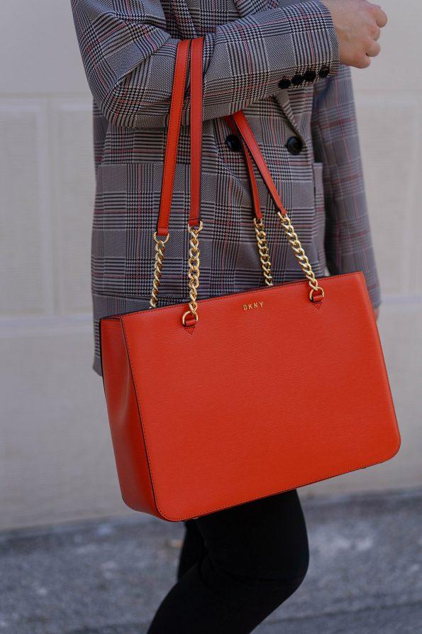 DKNY Handtasche und grauer Blazer