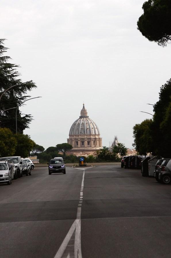 Blick von der Via Piccolomini auf den Petersdom