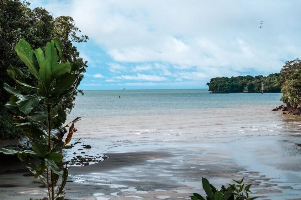Strand an der Pazifikküste von Kolumbien