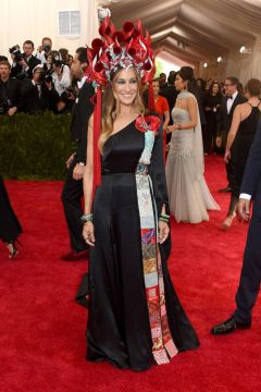 Sarah Jessica Parker in Phillip Treacy Headpiece and Custom H&M
