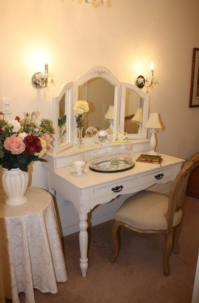 Vanity Table With Mirror And Lights