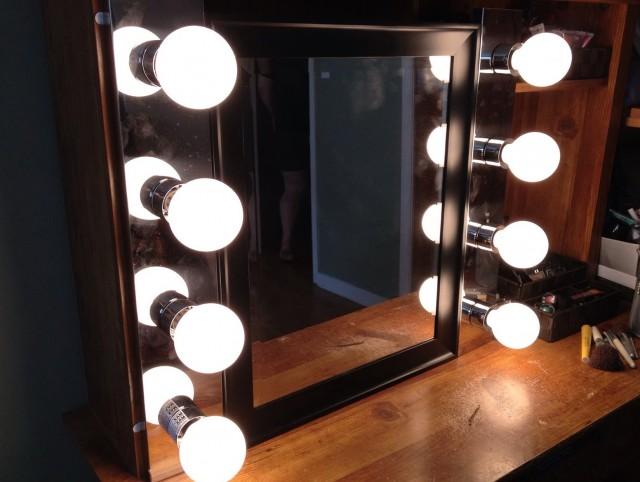 Vanity Mirror With Light Bulbs