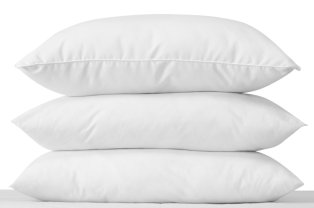 Três almofadas empilhadas. Three stacked pillows.