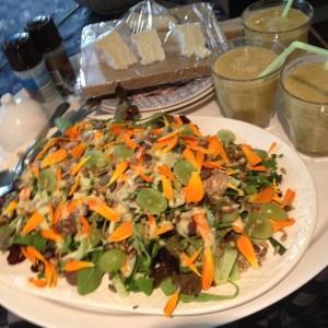 kleurrijke salade met goudsbloem, uit de tuin