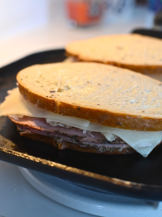 How to Make a Reuben Sandwich with theeverykitchen.com