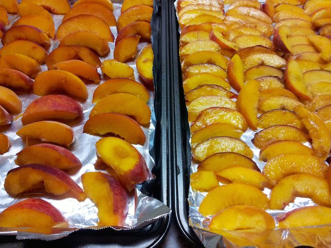 sliced peaches at www.theeverykitchen.com