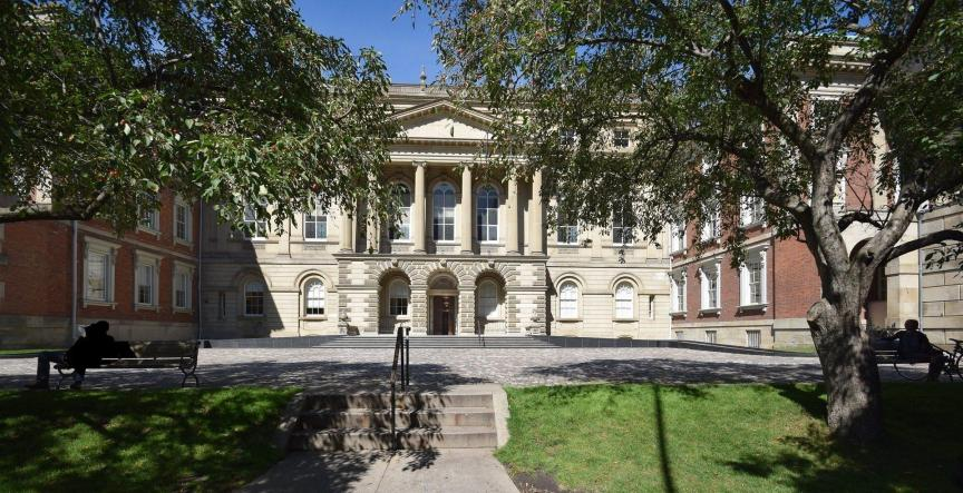 A picture of the Osgoode Hall courthouse from the front.