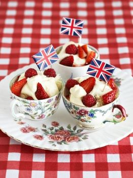 strawberries-and-cream-2-via-merlineventslondon