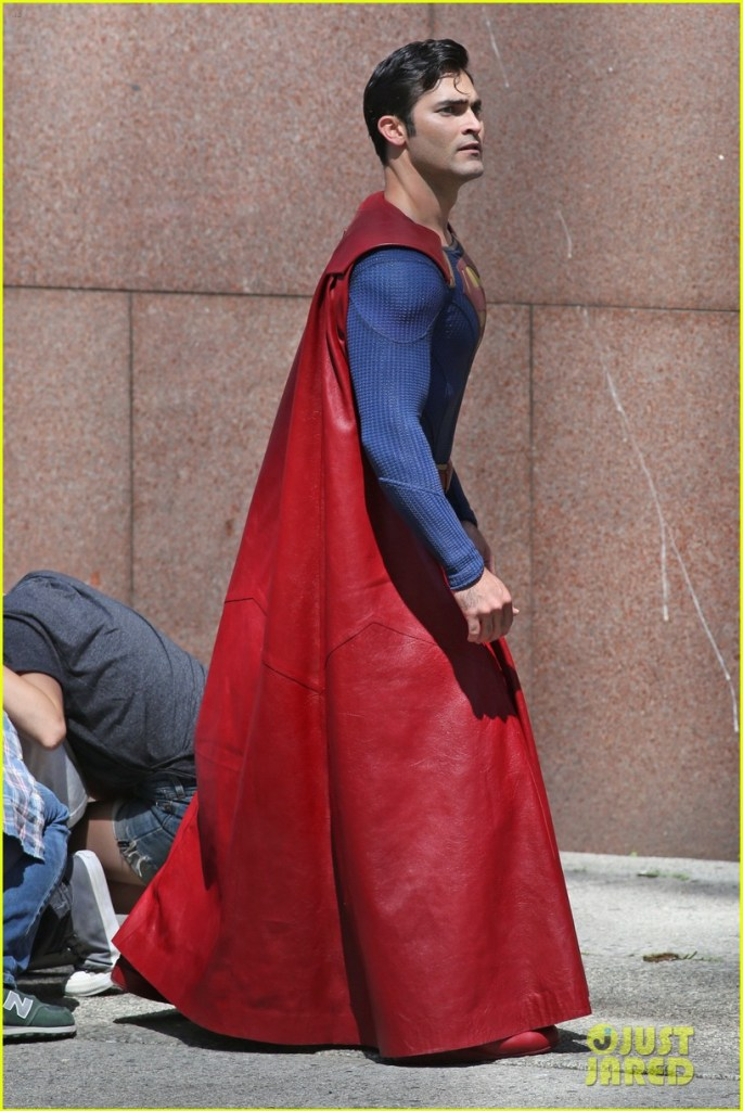 tyler-hoechlin-saves-day-on-supergirl-as-superman-filming-07