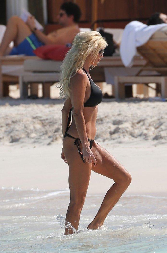Victoria-Silvstedt-in-a-Bikini-19