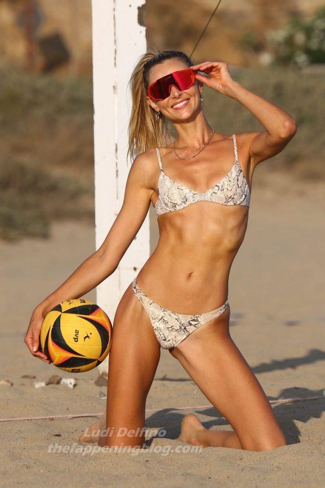 Ludi Delfino Bikini 5