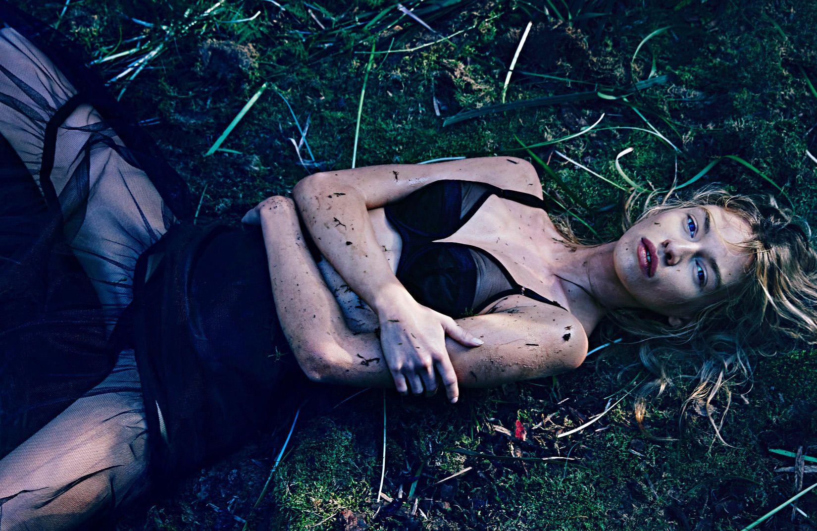 Stella Maxwell Topless (3 Photos)