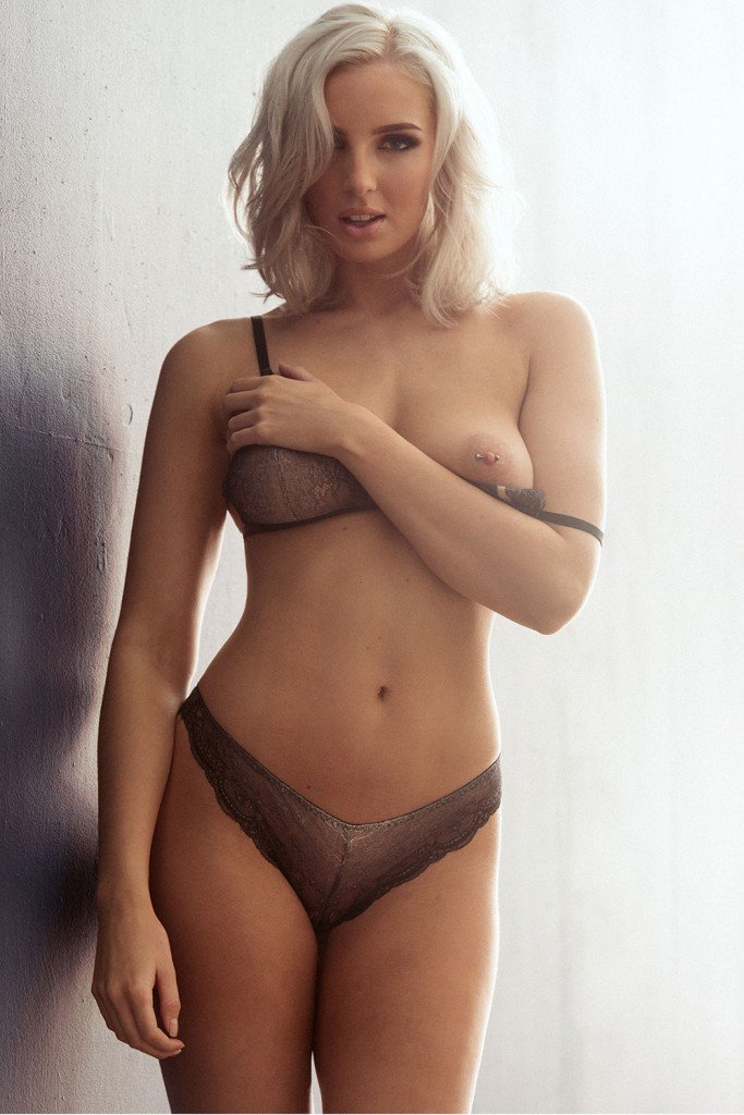 Lissy Cunningham Sexy and Topless (5 Photos)