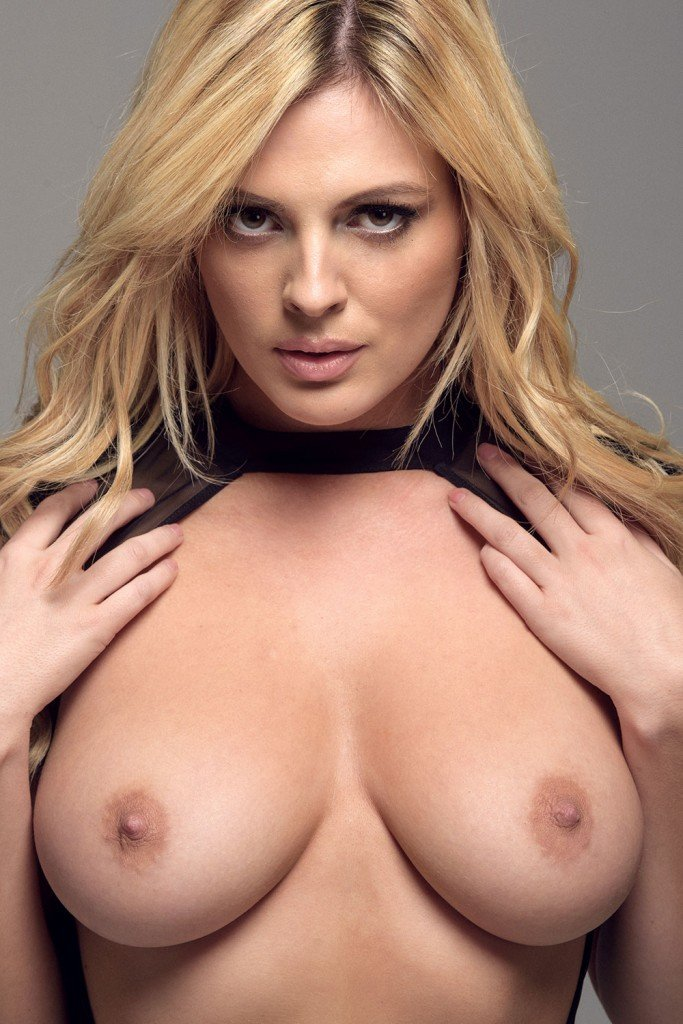 Danielle Sellers Topless (5 Photos)