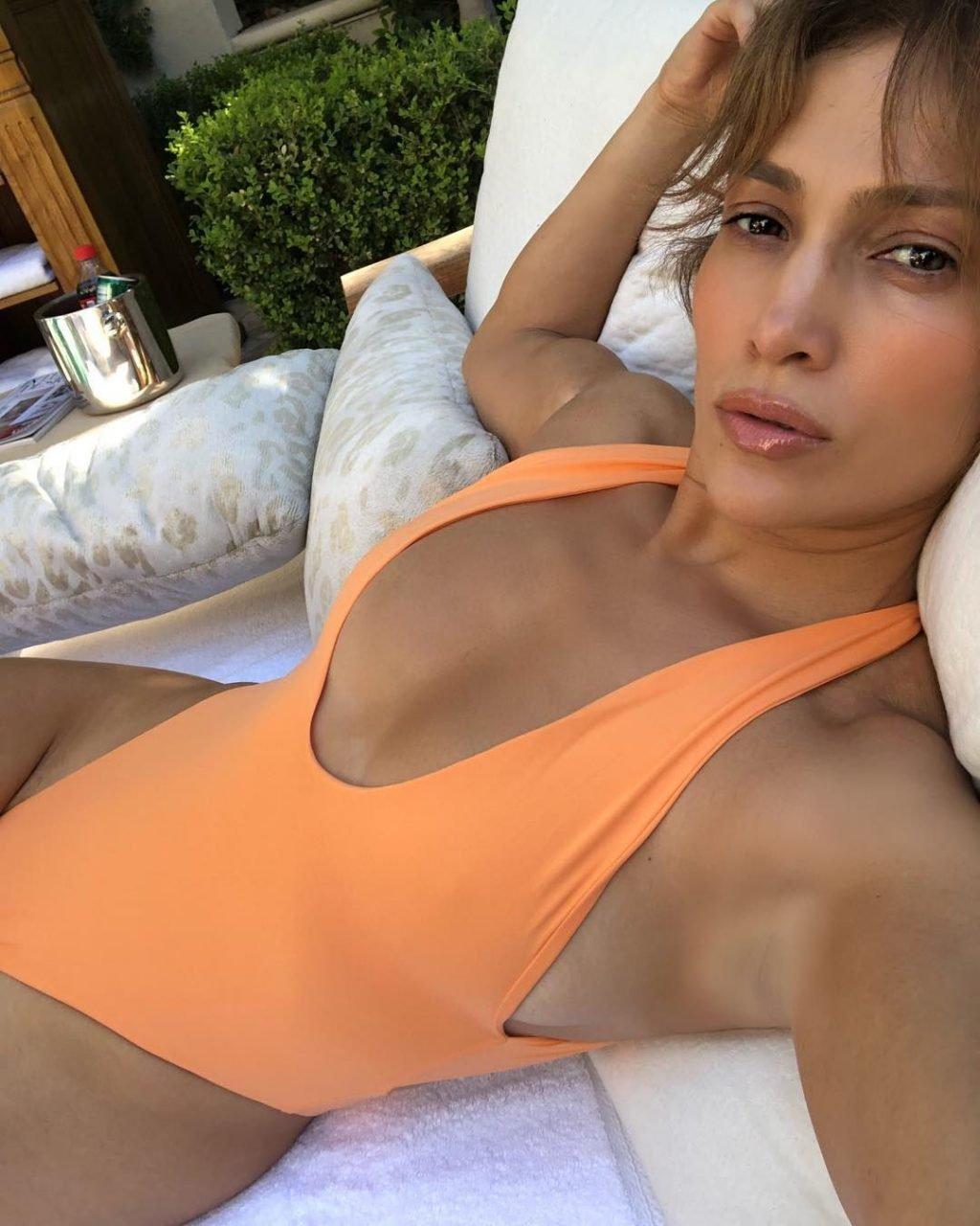 Jennifer Lopez Sexy (2 Hot Photos)
