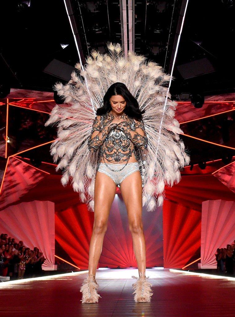 Adriana Lima Sexy (31 Photos + Video)