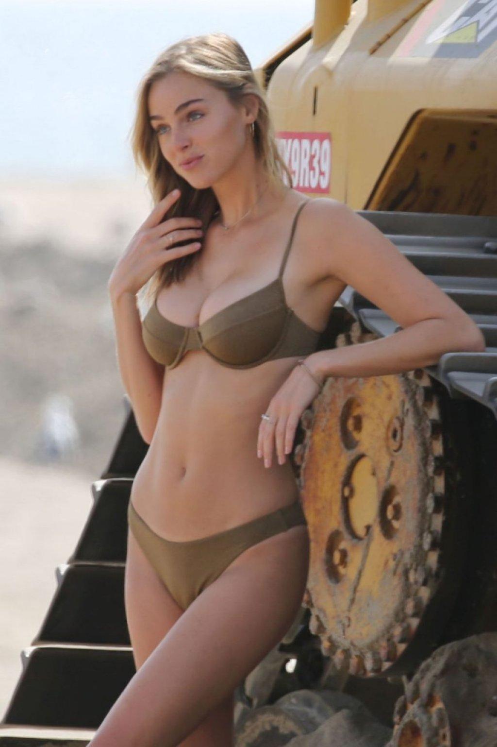 Elizabeth Turner Sexy (18 Photos)