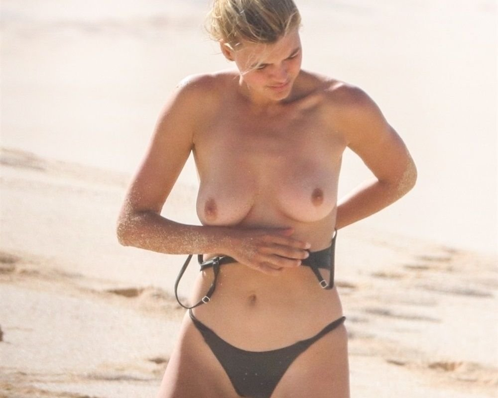 Celebrities Nude Beach Collection (20 Photos)
