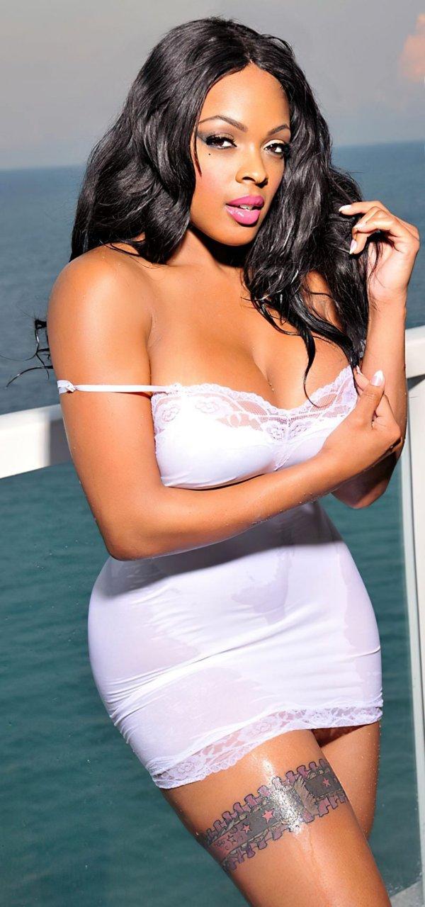 Laeann Amos Nude & Sexy (12 Photos)