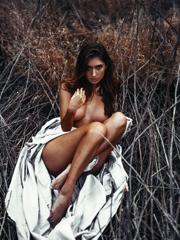 Elizabeth Elam Nude – Nigth Glow (10 Photos)