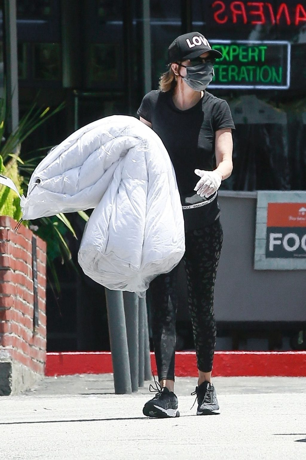 Braless Lisa Rinna Spreads the LOVE While Running Errands (25 Photos)