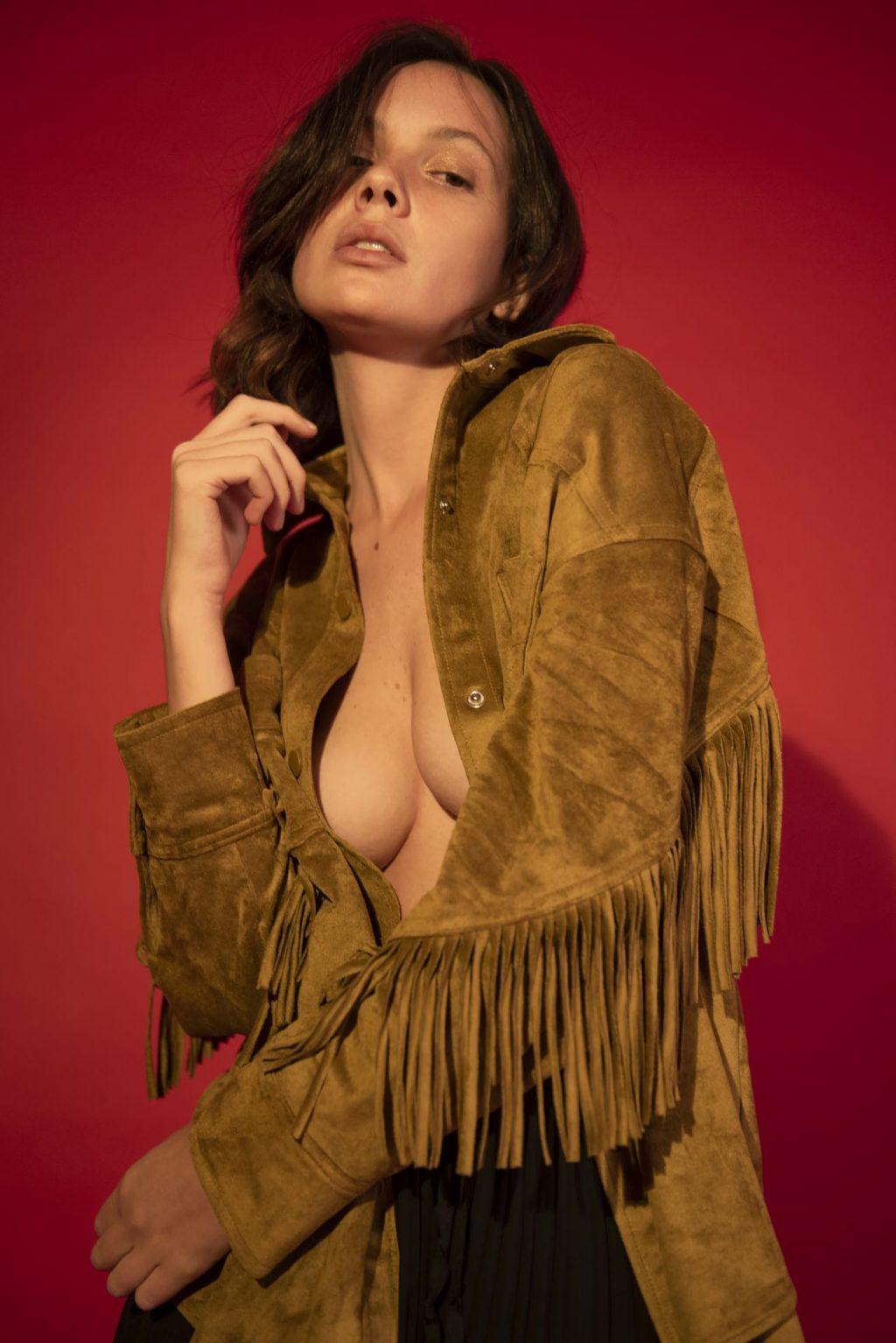 Yuliana Peixoto Nude & Sexy (15 Photos)