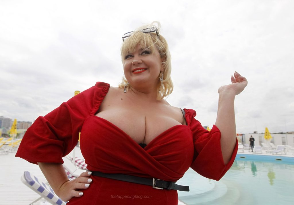 Largest Female Natural Breasts Record (35 Photos)