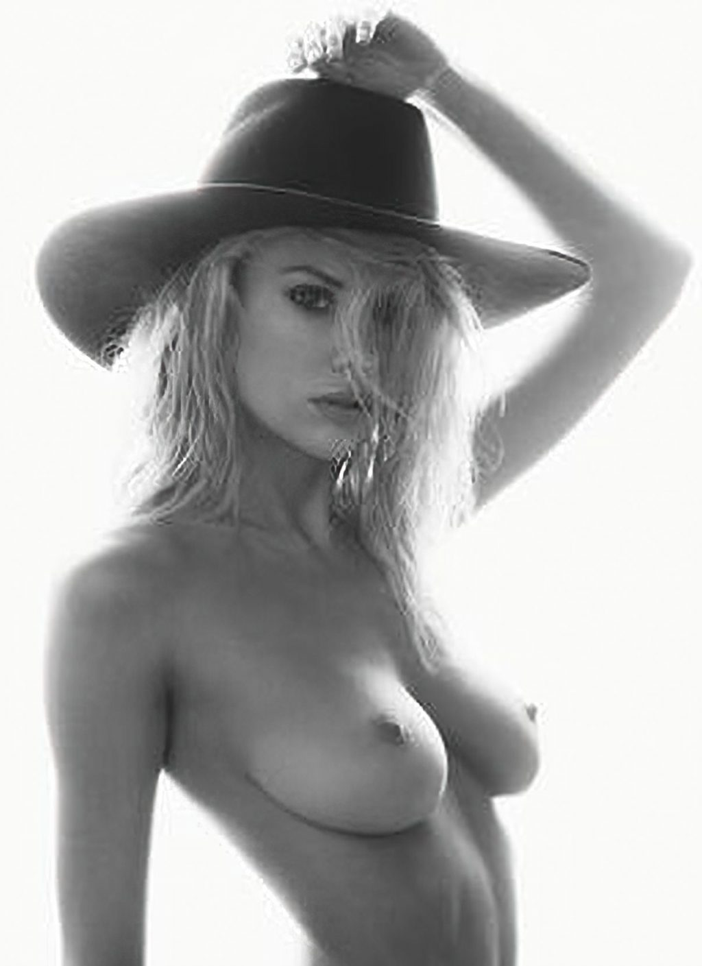 Charlotte McKinney Nude (4 Hot Photos)