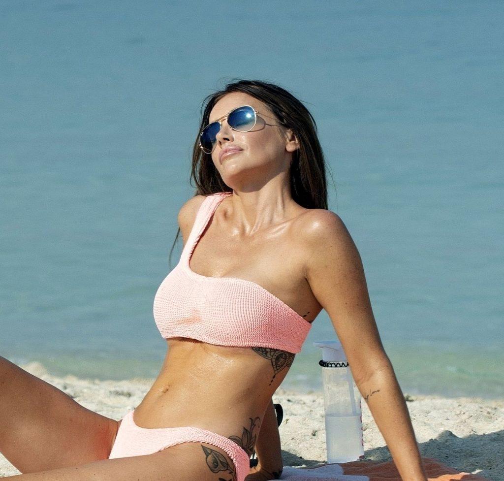 Laura Anderson Relaxes on the Beach in Dubai (23 Photos)