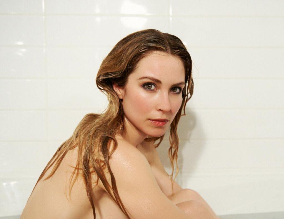 Sarah Carter Bathroom Photo session