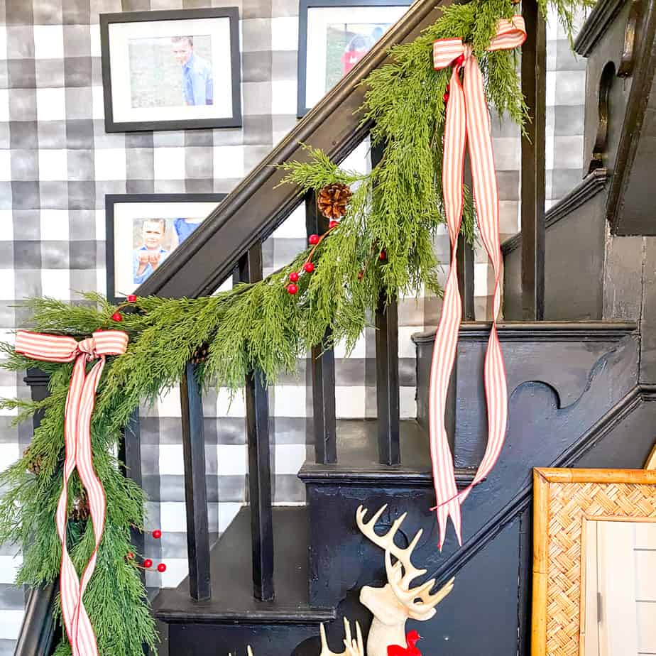 Staircase garland – How to decorate your stairs for Christmas!