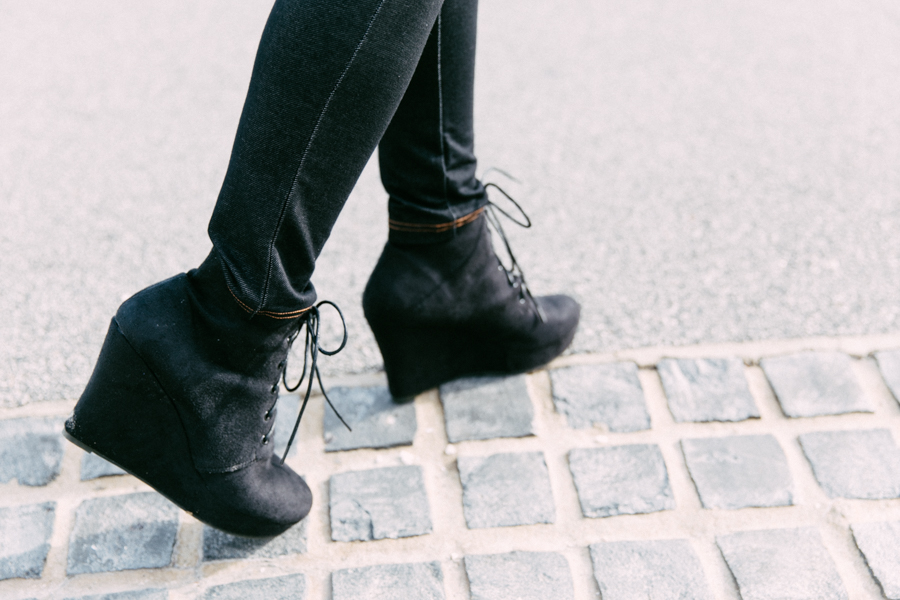 How to wear jeggings. Izabel London black wedge boots.