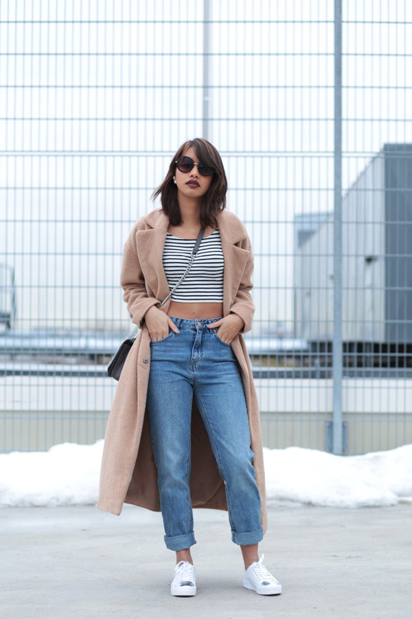 STYLE-LOOK-OUTFITPOST-CAMEL-COAT-OVERSIZE-80S-JEANS-HIGHWAIST-BLOGGER-MODEBLOG-FASHIONBLOG-STYLEBLOG-MUNICH-MUENCHEN-SNEAKER-WEISS-1