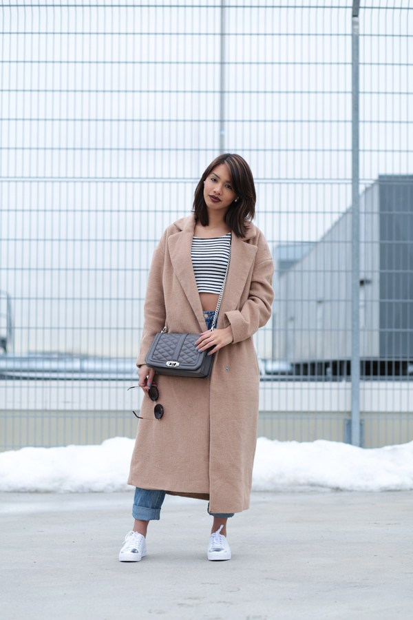STYLE-LOOK-OUTFITPOST-CAMEL-COAT-OVERSIZE-80S-JEANS-HIGHWAIST-BLOGGER-MODEBLOG-FASHIONBLOG-STYLEBLOG-MUNICH-MUENCHEN-SNEAKER-WEISS-2