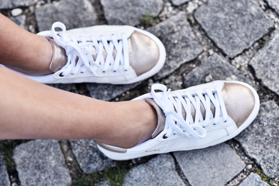 thefashionanarchy_modeblog_fashionblog_styleblog_blogger_culotte_denim_jeans_crop_top_bluse_weiss_outfit_look_gola_sneaker_5